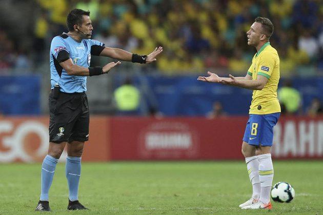 Rozhodčí Julio Bascunan nepřipouštěl žádné diskuse