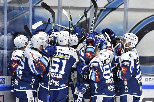 Hokejistí Brna se radují z gólu v prodloužení.