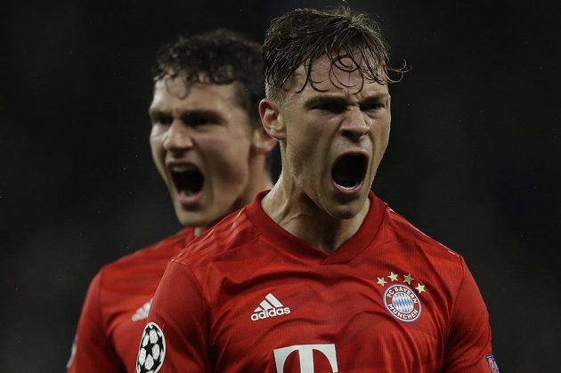 Fotbalista Bayernu Joshua Kimmich oslavuje poté, co vstřelil v Lize mistrů gól do sítě Tottenhamu.