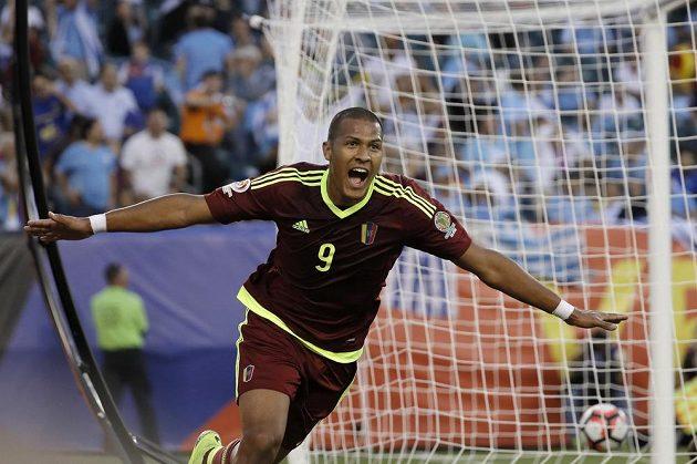 José Salomón Rondón z Venezuely se raduje ze svého gólu proti Uruguayi.