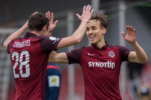 Josef Šural a Ondřej Zahustel oslavují gól na 1:0 s Mladou Boleslaví.