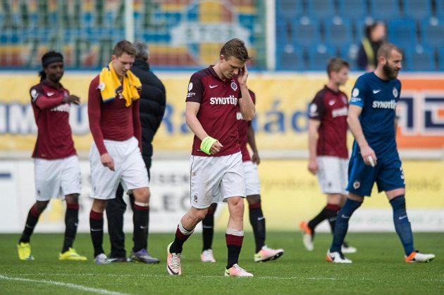 Fotbalisté Sparty opouštějí hřiště po remíze 1:1 v Teplicích.