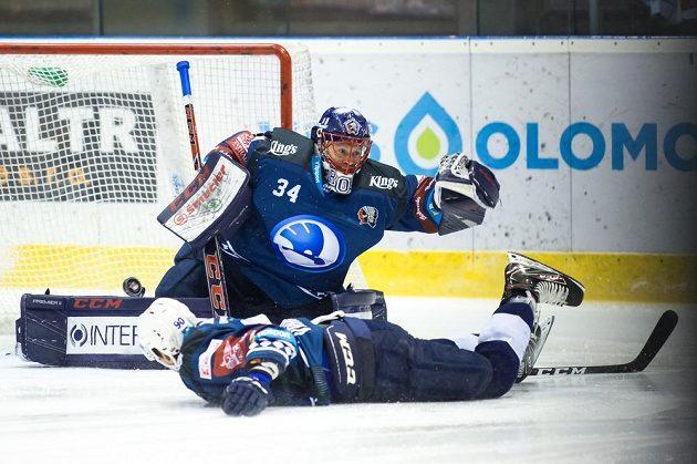 Brankář hokejových Indiánů z Plzně Dominik Frodl, v popředí jeho spoluhráč Roman Vráblík.