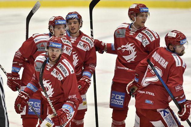 Hráči Třince se radují z druhého gólu proti Vítkovicím. Zleva Vladimír Roth, Ondřej Kovařčík, Michal Kovařčík, Andrej Nestrašil a Milan Doudera.