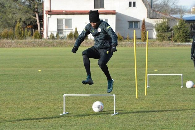 Obránce Slavie Simon Deli během tréninku v Nymburce.
