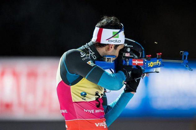Martin Fourcade během střelby ve sprintu na 10 km v rámci světového poháru v biatlonu ve Vysočina Areně v Novém Městě na Moravě.