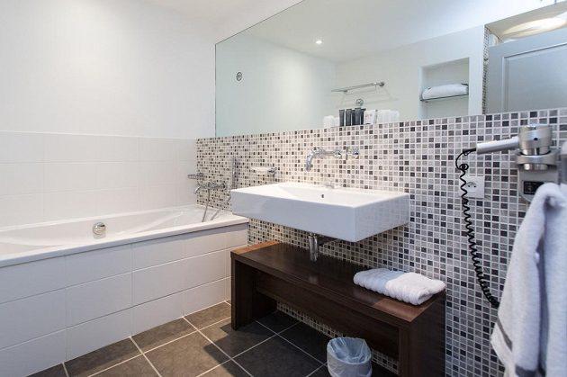 Koupelna v pokoji Davida Lafaty.