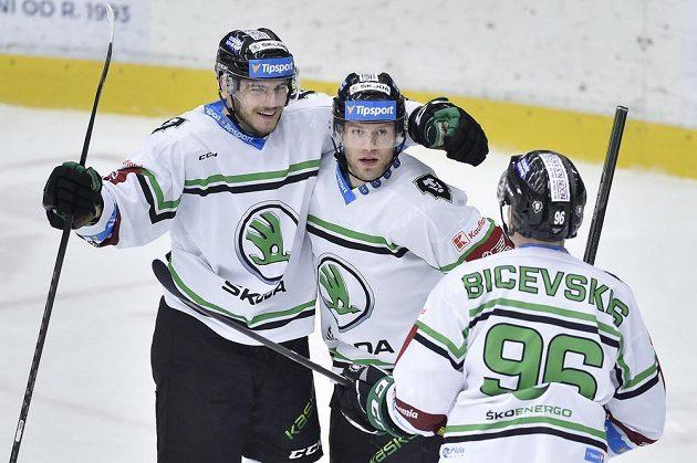 Mário Lunter, autor gólu Jan Stránský a Maris Bicevskis z Mladé Boleslavi se radují.