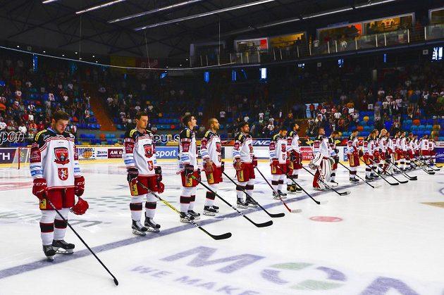 Utkání Hradec - Vary začalo uctěním památky rozhodčího Pavla Lainky, který podlehl následkům zranění, jež utrpěl v závěru srpna při řízení přípravného utkání.