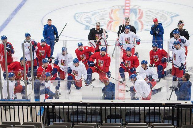 Hokejová reprezentace během úterního tréninku v O2 aréně.