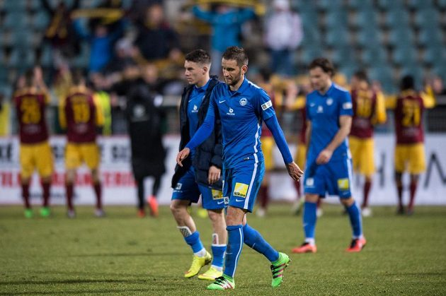 Zklamaní fotbalisté Slovanu Liberec Marek Bakoš (vpředu) a Zdeněk Folprecht po porážce s Duklou.