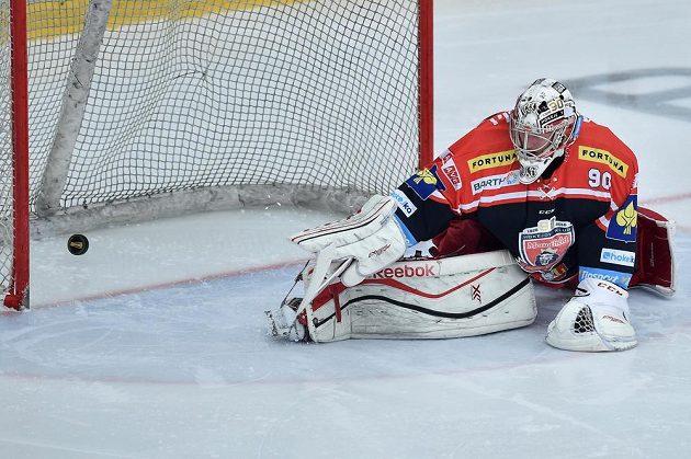 Brankář Hradce Ondřej Kacetl inkasuje v Mladé Boleslavi třetí gól.
