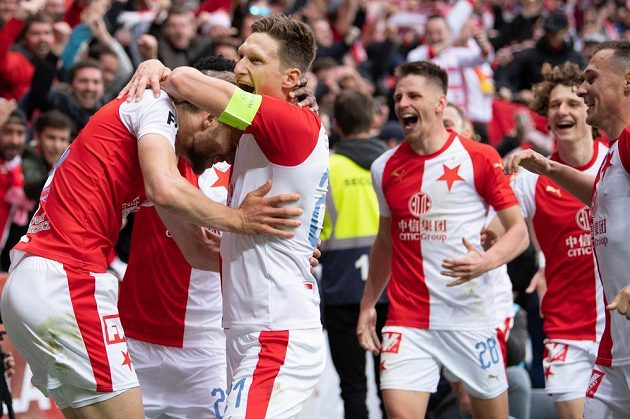 Fotbalisté Slavie Praha Tomáš Souček a Milan Škoda oslavují gól na 2:0 během utkání nadstavby Fortuna ligy ve skupině o titul s Plzní.