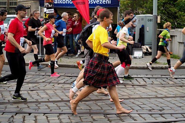 Na startu pražského maratonu jsme se potkali tři, kdo jsme tuto trasu poprvé zdolávali naboso.