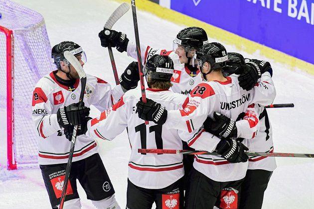 Hokejisté Frölundy oslavují gól ve finále Ligy mistrů.