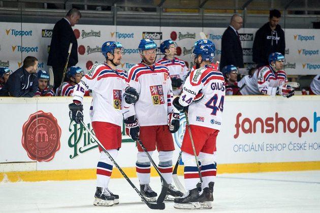Hokejisté české reprezentace Roman Červenka (vlevo), Tomáš Zohorna a Milan Gulaš se radují z gólu.