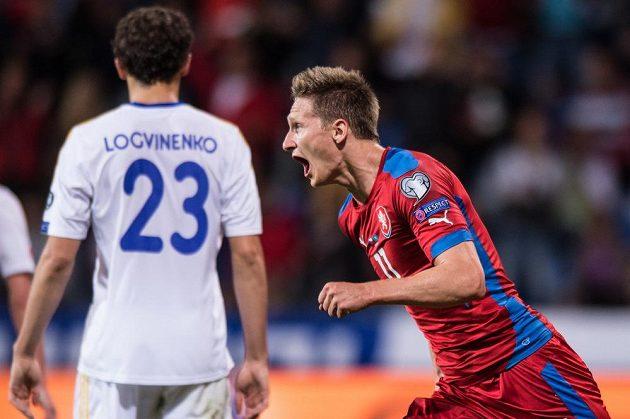 Český útočník Milan Škoda oslavuje vstřelený gól proti Kazachstánu.