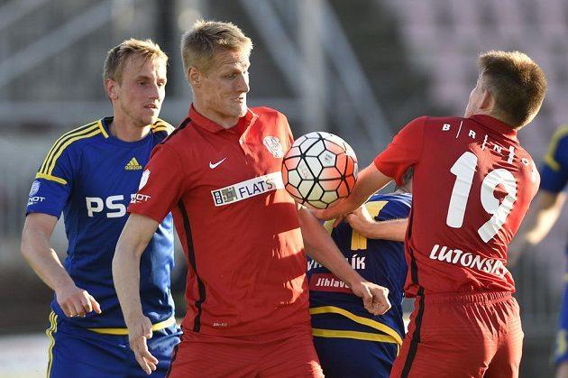 Zleva jihlavský obránce Lukáš Kryštůfek, Michal Škoda a Milan Lutonský z Brna v utkání 28. kola Synot ligy.