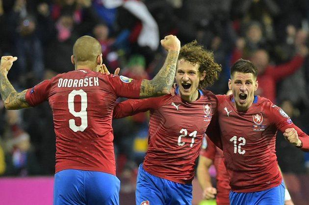 Čeští fotbalisté se radují z gólu, který dal Alex Král (uprosřed).
