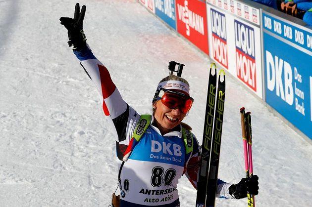 Lucie Charvátová v cíli životního závodu