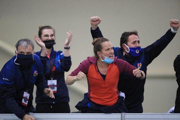 Barbora Strýcová (uprostřed) fandila během rozhodující čtyřhry jako o život.