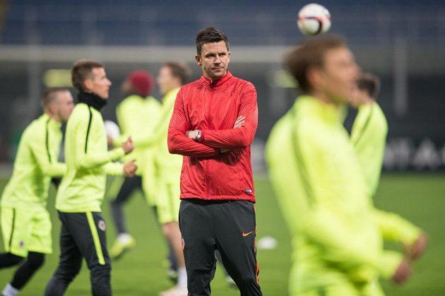 Kouč David Holoubek sleduje předzápasový trénink Sparty před utkáním Evropské ligy s Interem Milán.