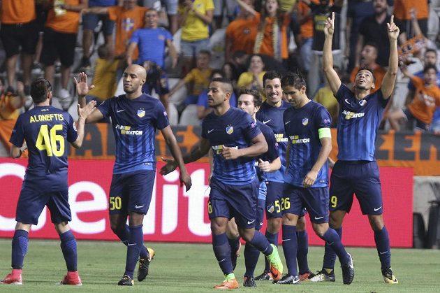 Radost fotbalistů APOEL Nikósie po vstřeleném gólu.