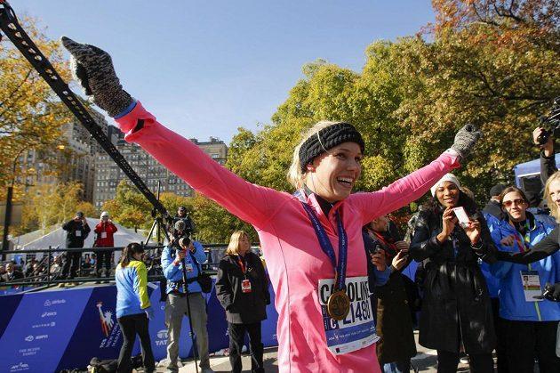 Dánská tenistka Caroline Wozniacká slaví, právě úspěšně zvládla Newyorský maratón. V pozadí americká tenistka Serena Williamsová.