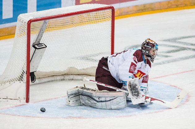 Překonaný brankář Sparty Tomáš Pöpperle.