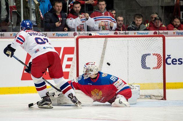 Český útočník Tomáš Vincour proměňuje samostatný nájezd během utkání Euro Hockey Tour s Ruskem.