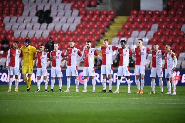 Fotbalisté Slavie před úvodním hvizdem odvety s Arsenalem.