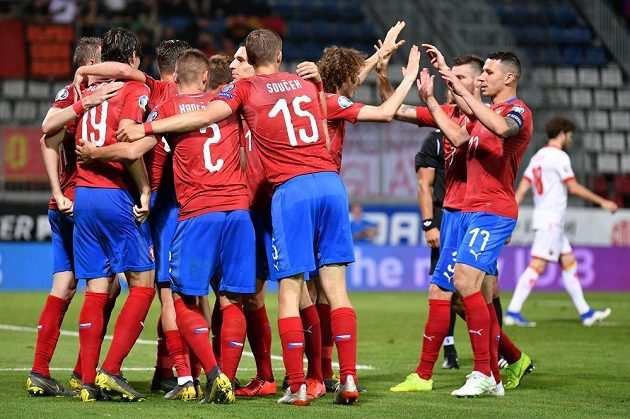Radost českého týmu po gólu proti Černé Hoře.