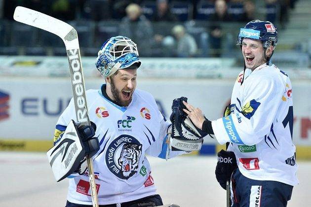 Brankář Ján Lašák a Lukáš Derner z Liberce se radují z vítězství.