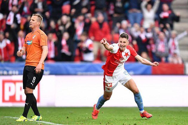 Fotbalista Slavie Lukáš Masopust v euforii poté, co vstřelil gól do sítě Viktorie Plzeň. Přihlíží zklamaný David Limberský.
