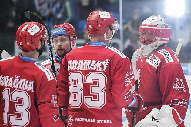 Hráči Třince slaví první vítězství proti Plzni.