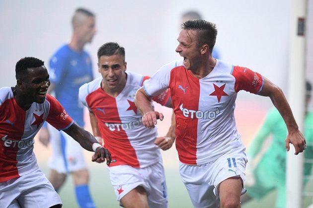 Radost v podání fotbalistů Slavie. Gól v síti Baníku Ostrava slaví se spoluhráči útočník Stanislav Tecl.