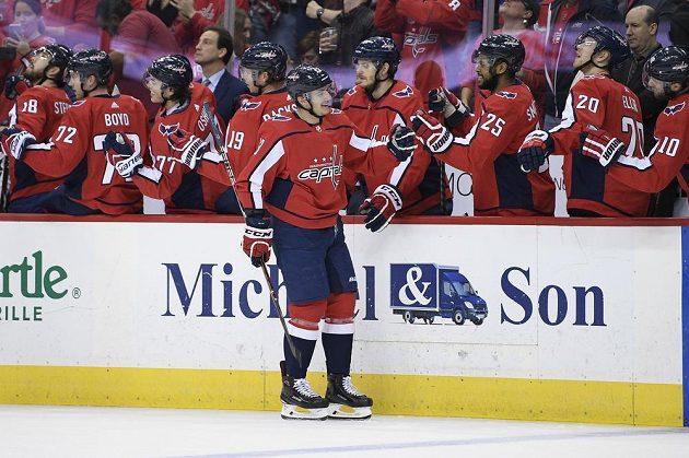 Český forvard hokejistů Washingtonu Jakub Vrána oslavuje se svými spoluhráči gól v utkání proti Buffalu.