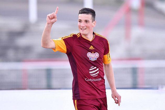 Lukáš Holík z pražské Dukly se raduje z vyrovnávacího gólu v zápasu s Brnem.