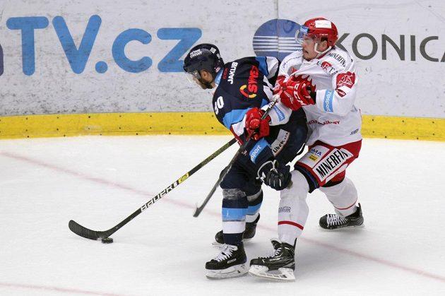 Tyler Redenbach z Liberce a Aron Chmielewski z Třince v akci během finále hokejové extraligy.