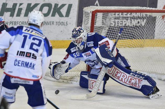 Kapitán hokejové Komety Brno Leoš Čermák sleduje jak zasahuje jeho spoluhráč - brankář Karel Vejmelka.