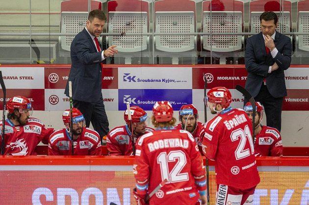 Trenér Třince Václav Varaďa udílí svým svěřencům pokyny