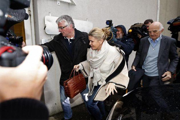 Manželka Michaela Schumachera Corinna na cestě do nemocnice, kde je bývalý fenomén formule 1 hospitalizovaný.