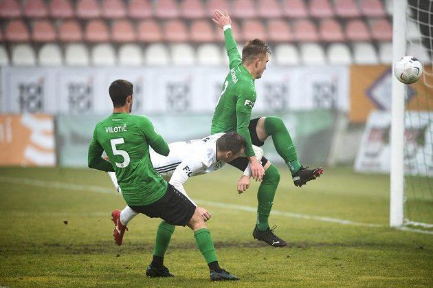 Stefan Vilotič z Příbrami, Roman Haša z Karviné a Václav Svoboda z Příbrami během utkání 13. kola Fortuna ligy.