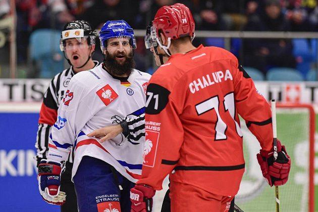 Cody Lampl z Mannheimu a Richard Nedomlel z Hradce Králové během osmifinále hokejové Ligy mistrů.