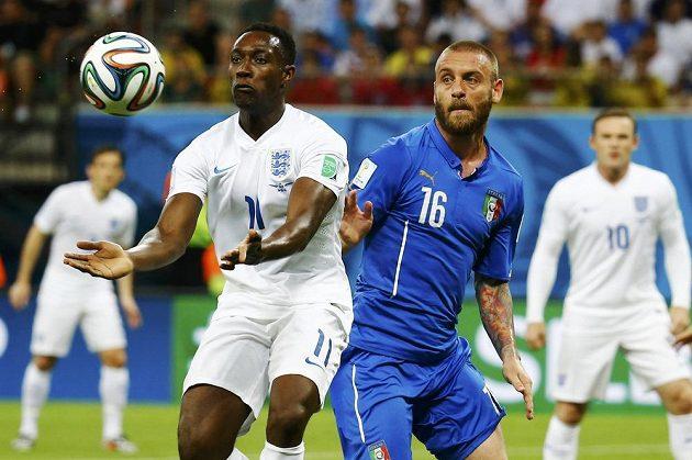 Fotbalová magie? Danny Welbeck v dresu Anglie (vlevo) bojuje o míč s Italem Danielem De Rossim.
