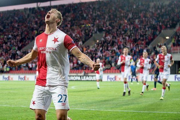 Je to tam! Tomáš Necid ze Slavie se raduje ze svého gólu proti Maccabi. Ostatní spoluhráči mu běží pogratulovat.