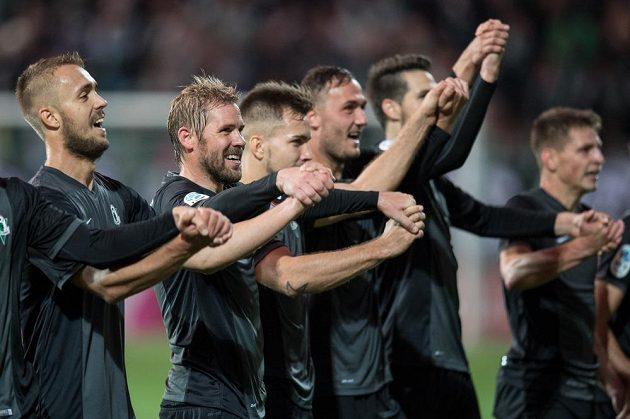 Fotbalisté Jablonce oslavují vítězství 1:0 po utkání 8.kola HET ligy na Bohemians 1905.