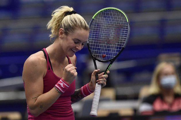 Česká tenistka Tereza Martincová se raduje z vítězství v utkání proti Kateřině Siniakové na ostravském turnaji.