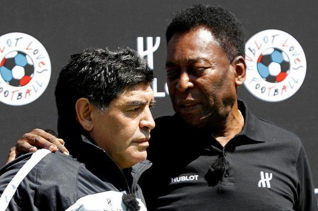 Fotbalové legendy - Brazilec Pelé a Argentinec Diego Maradona. Druhý jmenovaný, jeden z nejlepších fotbalistů historie, necelý měsíc po šedesátých narozeninách zemřel.