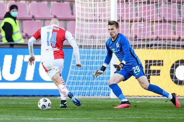 Mick van Buren ze Slavie Praha a brankář Sparty Praha Milan Heča v šanci během utkání semifinále MOL Cupu.